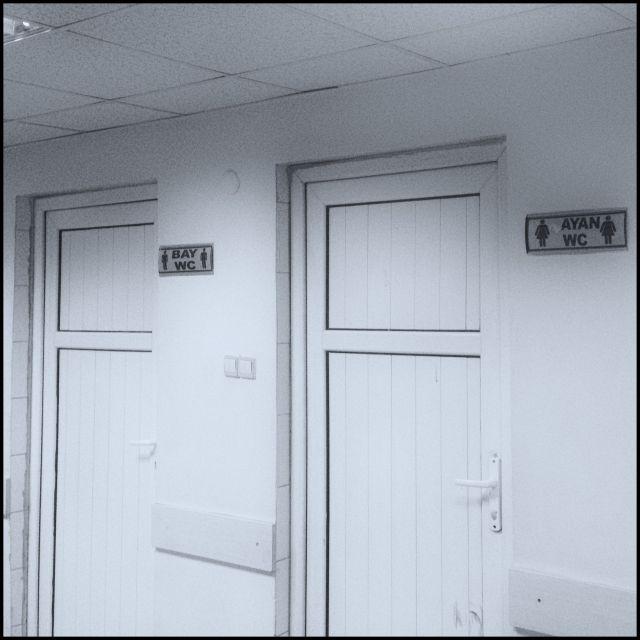 İşbu fotoğraf Okmeydanı Eğitim ve Araştırma Hastanesi Acil Servis Yoğun Bakım karşısındaki Tuvaleti gösterir resimdir
