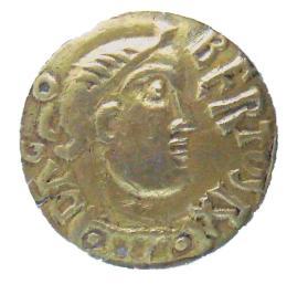 """Şarkının ilk dizesini çeviriverdim siz değerli Tuvaletografi okurları için: İyi kral Dagobert pantolonunu ters giymiş Saint Eloi: A""""h, benim kıralım! Majesteleri kötü giyinmiş"""" diye eyitti. Haklısın, diye cevap verdi kral. En baştan düzgünce giyinmeliyim Good King Dagobert Has put his culottes on backwards; Great Saint Eloi Says: O, my king! Your majesty Is poorly dressed. It's true, says the King, I'll have to do it again properly. Le bon roi Dagobert A mis sa culotte à l'envers ; Le grand saint Éloi Lui dit : Ô mon roi! Votre Majesté Est mal culottée. C'est vrai, lui dit le roi, Je vais la remettre à l'endroit. https://en.wikipedia.org/wiki/Le_bon_roi_Dagobert_(song) https://en.wikipedia.org/wiki/Dagobert_I"""